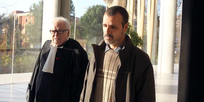 La famille d'Hakim Ajimi, qui se battait depuis quatre ans pour la tenue d'un procès, n'avait pas caché son désarroi devant l'absence de réquisitions de prison ferme. Ici, le père de M. Ajimi, Boubakar, au Palais de justice de Grasse, le 17 janvier.