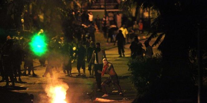 Manifestant lançant des projectiles sur les forces de l'ordre, le 23 février, dans le quartier du Chaudon.
