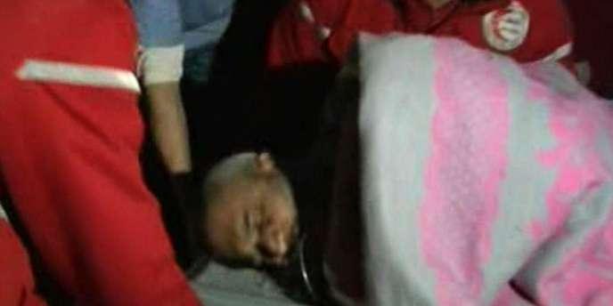 Image de la télévision officielle syrienne le 25 février 2012, montrant un homme blessé évacué par le Croissant-Rouge syrien, à Homs.