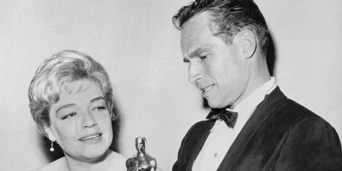 Simone Signoret et Charlton Heston avec leurs oscars de meilleure actrice et meilleur acteur en 1960.