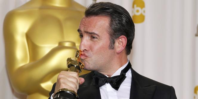 Jean Dujardin avec son Oscar du meilleur acteur pour son rôle dans