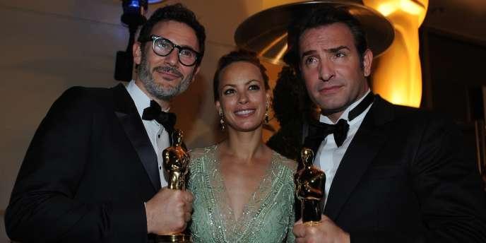 De gauche à droite : le réalisateur Michel Hazanavicius, l'actrice Bérénice Bejo et l'acteur Jean Dujardin avec les deux Oscars de meilleur réalisateur et meilleur acteur pour