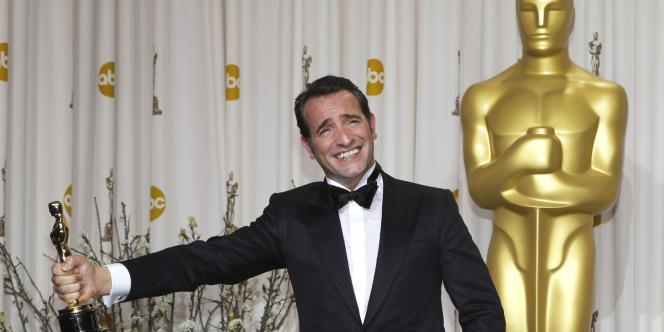 L'acteur Jean Dujardin avec son Oscar pour son rôle dans