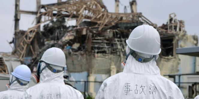 Des ouvriers travaillent sur la centrale de Fukushima peu après le tsunami qui a touché le Japon en mars 2011.