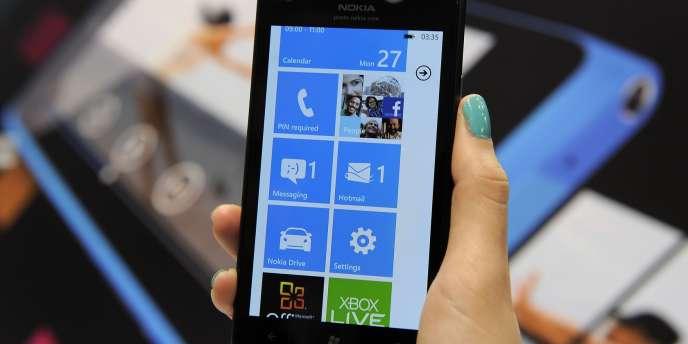 Un smartphone Nokia Lumia 900, équipé de Windows Phone 7. En 150 ans d'activité, l'entreprise finlandaise a d'abord exploité des forêts de pins, puis usiné des pneus, des bottes en caoutchouc, des téléviseurs, pour enfin fabriquer des téléphones portables