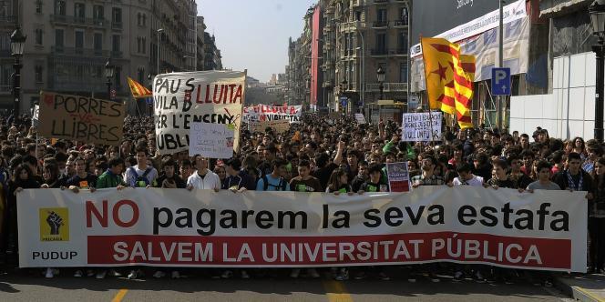 Des étudiants manifestent mercredi à Barcelone derrière la bannière :