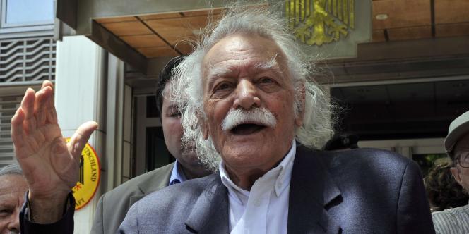 Manolis Glezos, l'homme qui a décroché le drapeau nazi de l'Acropole en 1941, résiste toujours.