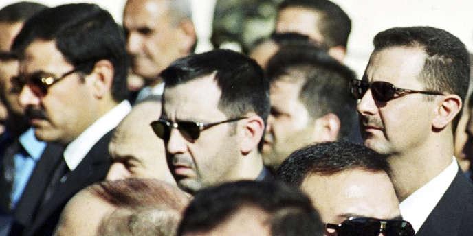 Maher Al-Assad (au centre de la photo), le frère de Bachar Al-Assad, le 13 juin 2000, à Damas.