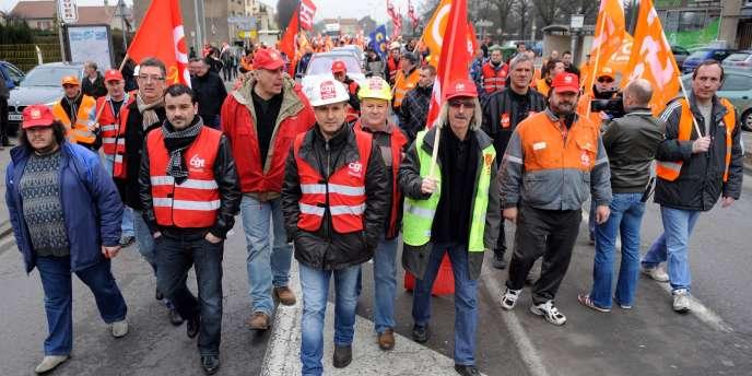 Les ouvriers d'ArcelorMittal lors d'une manifestation, le 29 février2012, à Florange (Moselle).