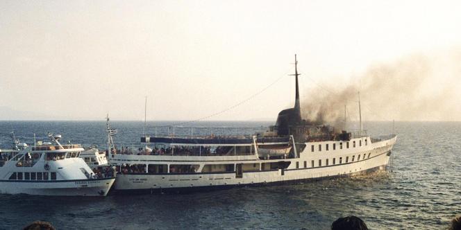 Sur cette photo d'archive prise le 11 juillet 1988, une partie du navire
