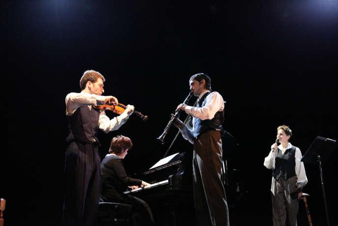 Derrière la voix de la récitante (Anouk Grinberg), les musiciens racontent l'histoire à leur manière.