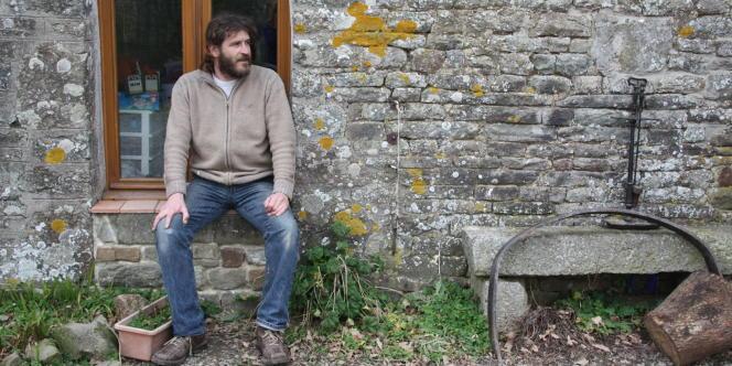 Jacky Chardin, artisan-peintre, a vécu six ans à 150 mètres d'un pylône d'une ligne à très haute tension.