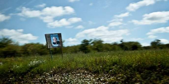 Dans le département de l'Yonne, les affiches de Marine Le Pen ponctuent le paysage sur la Nationale 6.