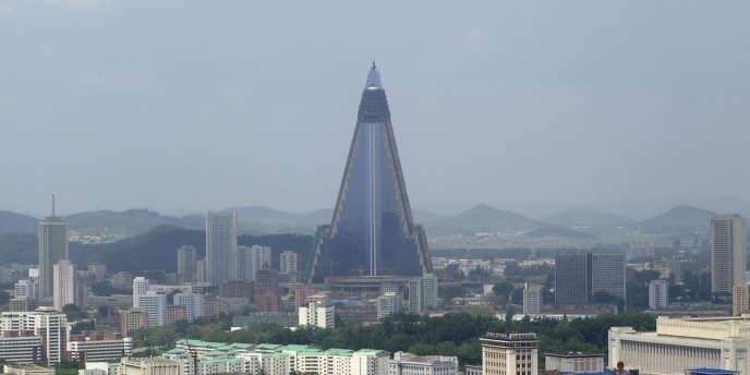Débutée en 1987, la construction de l'hôtel Ryugyong, gratte-ciel pyramidal de 105 étages, s'est achevée cette année dans le centre ville de Pyongyang, la capitale nord-coréenne.
