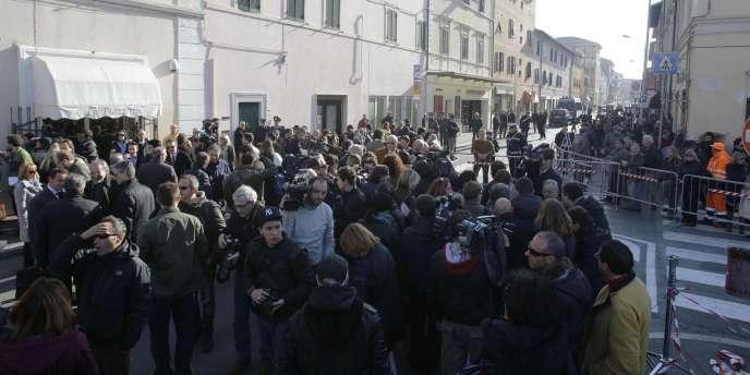 La foule attend devant le Théâtre Moderne de Grosseto l'ouverture de la première audience destinée à examiner les preuves du procès du naufrage du