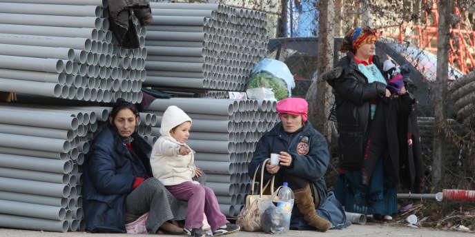 Des Roms à Ivry-sur-Seine, après l'incendie de leur campement.