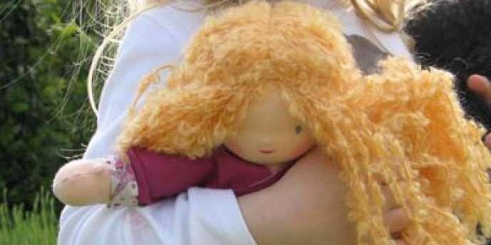 L'une des poupées en tissu Happy to see you de Pénélope Naulleau