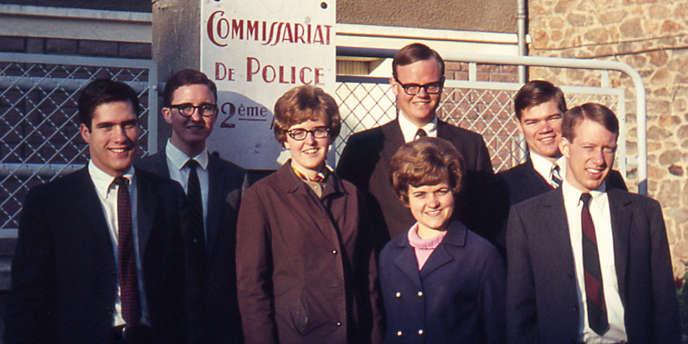 Mitt Romney, à gauche sur la photo, en 1968, à Limoges, avec un groupe de missionnaires Mormons.