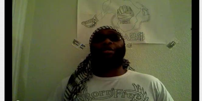 En observant les vidéos, on peut voir sur le mur derrière l'homme se présentant comme Fofana des morceaux d'adhésif sur lesquels les inscriptions