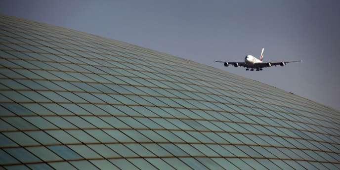 Un Airbus A380 de la compagnie Emirates Airlines, en approche de l'aéroport de Pékin, le 6 mars 2012.