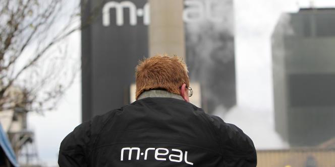 Un salarié de l'entreprise M-Real à Alizay, dans l'Eure, participe au blocage de l'entrée de son usine pour la quinzième journée consécutive, le 3 novembre 2011.