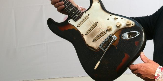 Fender Stratocaster de Jimi Hendrix partiellement brûlée lors d'un concert à L'Astoria de Londres, en 1967.