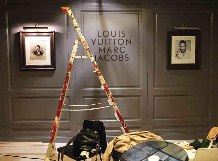 Dans la première  salle de l'exposition, le -portrait de Louis  Vuitton (un dessin signé H. Rozier, daté de 1892) côtoie celui de Marc Jacobs (photographié par  Rankin en octobre 2011). -