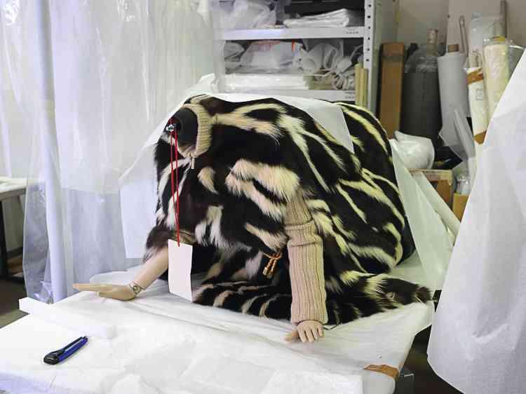 """Dans les ateliers  des Arts décoratifs,  un mannequin en  fourrure blanche et noire (automne-hiver 1999-2000). Il sera coiffé  d'un visage animal  puis installé à quatre pattes dans la vitrine """"Nature sauvage"""",  à l'étage Marc Jacobs. -"""
