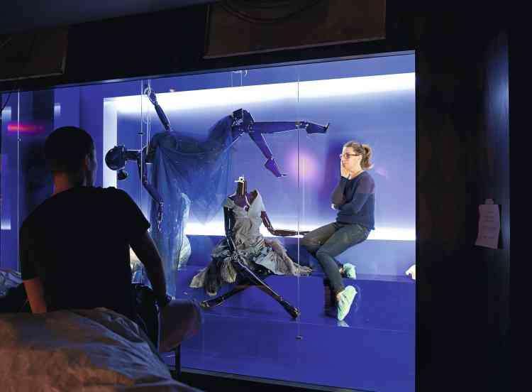 Assis, debout  ou couché ? L'équipe s'interroge sur la  scénographie de l'une  des vitrines et sur la  posture à faire adopter aux mannequins articulés. -