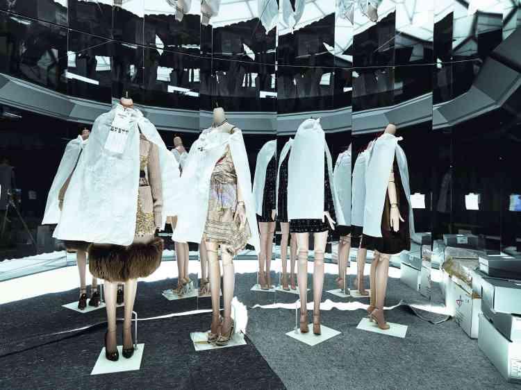 Dans les vitrines -thématiques, les  mannequins, protégés par du papier de soie, attendent leur tête à quelques jours de l'inauguration. -
