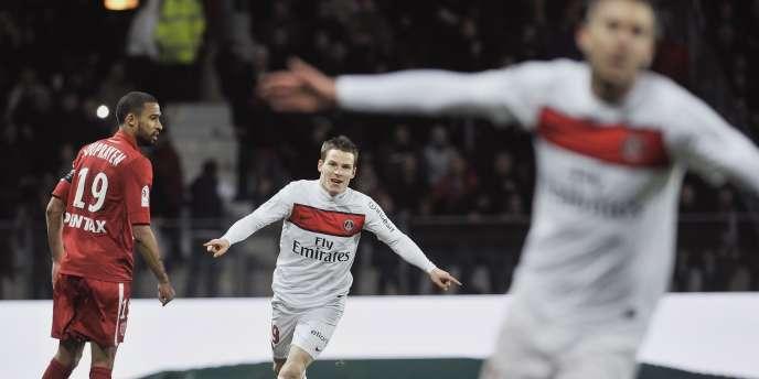 Ménez, passeur (au premier plan), et Gameiro, buteur décisif contre Dijon, fêtent la victoire parisienne.