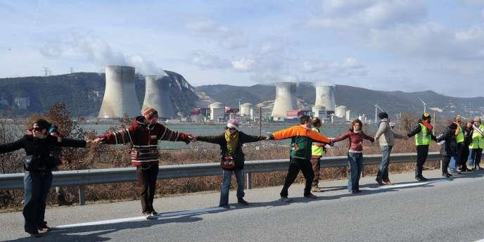Formation d'une chaîne humaine devant la centrale nucléaire de Cruas, le 11 mars.
