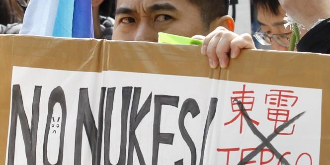 Manifestation anti-nucléaire devant le siège de Tepco, le 11 mars 2012.