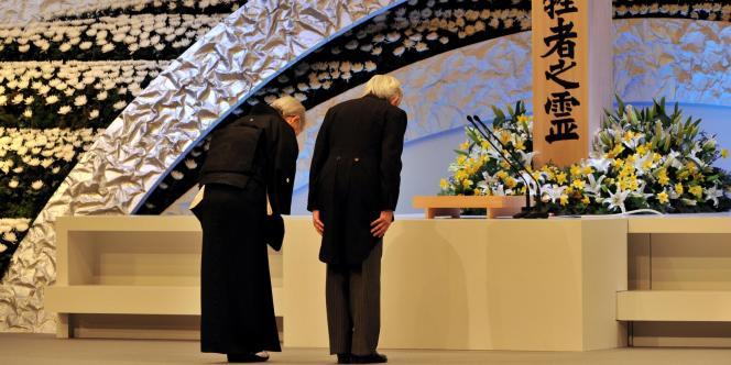 Commémoration du premier anniversaire du tsunami, le 11 mars 2012, à Tokyo, en présence de l'empereur.