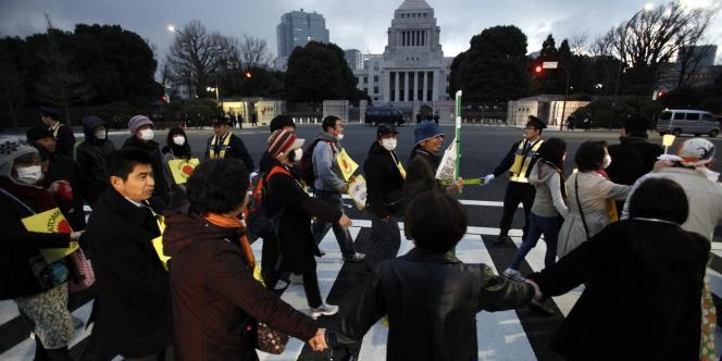 Une chaîne humaine organisée à Tokyo, le 11 mars 2012