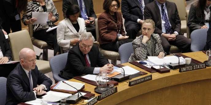 Les efforts diplomatiques se poursuivent lundi 12 mars avec la rencontre à New York entre la secrétaire d'Etat américaine, Hillary Clinton, et son homologue russe, Sergueï Lavrov, alors que le Conseil de sécurité de l'ONU devait entendre une communication sur le