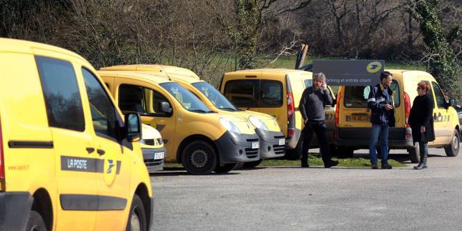 Des employés de la Poste s'entretiennent, le 12 mars 2012 devant l'entrée de la plate-forme de distribution de courrier à Trégunc.