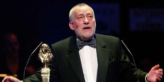 Le comédien Michel Duchaussoy s'exprime après avoir reçu le Molière du meilleur comédien dans un second rôle pour Phèdre, lors de la 17e Nuit des Molières, le 12 mai 2003 au théâtre Mogador à Paris