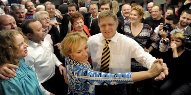 Robert Fico célèbre sa victoire en dansant avec sa collègue Renata Zmajkovicova, dimanche 11 mars à Brastislava.