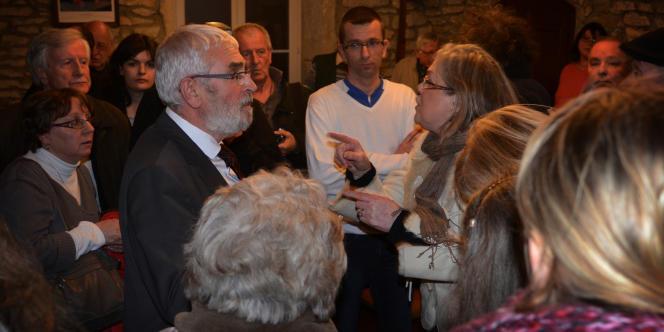 Une habitante prend à parti le maire, Gérard Guyot, à l'issue des résultats :