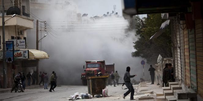 Des combattants de l'Armée syrienne libre s'abritent d'un bombardement, le 11 mars 2012, à Idlib.