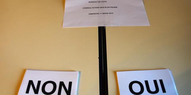 Les bulletins de vote dans la mairie de Saint-Julien. Le non l'a emporté, par 54 % des voix.