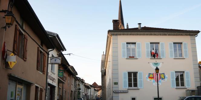 De nombreux commerces ont fermé à Saint-Julien. Sur le mur décoré du blason du chef-lieu, un panneau indique la maison de retraite.