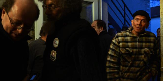 Sur la droite, Denis Baillet, ancien maire du village, mène la fronde contre le projet de prison.