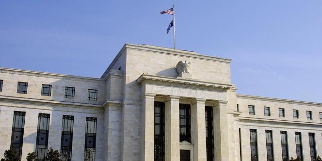 Poursuivant le mouvement débuté en décembre 2013, la banque centrale a réduit de 10 milliards de dollars ses rachats d'actifs (bons du Trésor et titres hypothécaires), qui ont été ramenés à 35 milliards depuis le 1er juillet.