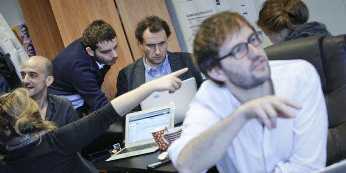 Vincent Feltesse, au centre, à l'arrière-plan, anime l'équipe de la webcampagne  de François Hollande.