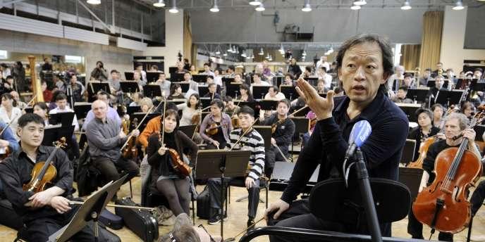 Le chef d'orchestre sud-coréen Chung Myung-whun et 130 musiciens, en répétition le 13 mars au studio Berthier, à Paris.