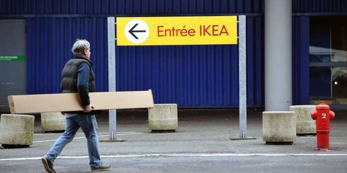 Un client devant un magasin d'Ikea, à Lomme (Nord), le 29 février.