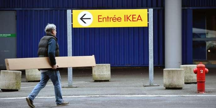Un client du magasin Ikéa de Lomme, dans le Nord, le 29 février 2012.