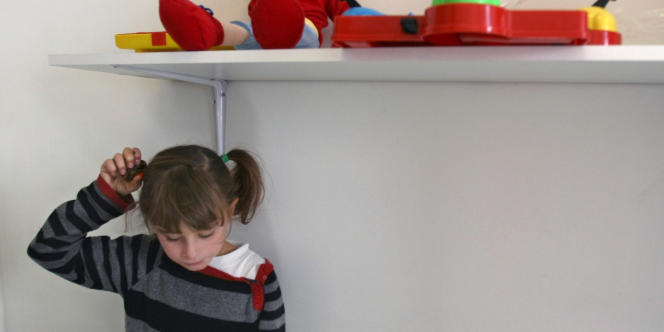 Le Comité européen des droits sociaux accuse la France de ne pas respecter le droit des enfants autistes à être scolarisés dans des établissements ordinaires et à recevoir une formation professionnelle.